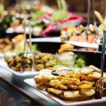 Mesa con servicio de catering