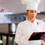 Cocinera mirando el Gestor de Cocina Cloud para conocer un escandallo
