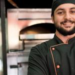 Cocinero sonriendo frente a la cámara