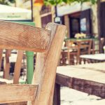 Mesa y silla de terraza en un restaurante de Madrid