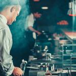 Cocineros en una cocina trabajando